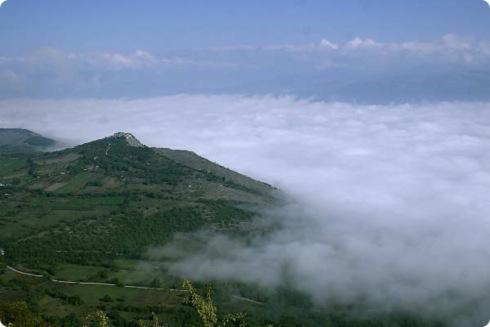 Vista dalle montagna che circondano il Monastero Fortezza di Santo Siprito