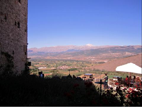 Monastero Fortezza di Santo Spirito L'Aquila in Abruzzo: Vista dal terrazzo sul Gran Sasso