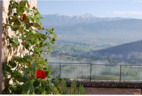 Immagine della vista spettacolare del Gran Sasso d'Italia dalla Terrazza del Monastero Fortezza di Santo Spirito
