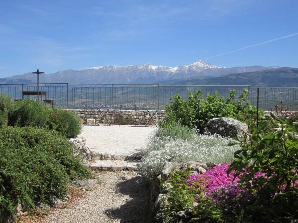 Vista mozzafiato sulla catena del Gran Sasso dalla terrazza panoramica del Monastero Fortezza di Santo Spirito